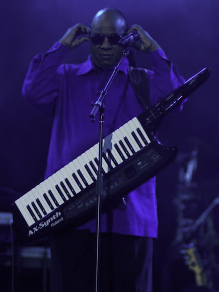 Stevie Wonder enters on keytaur (photo by Diana Cordero)