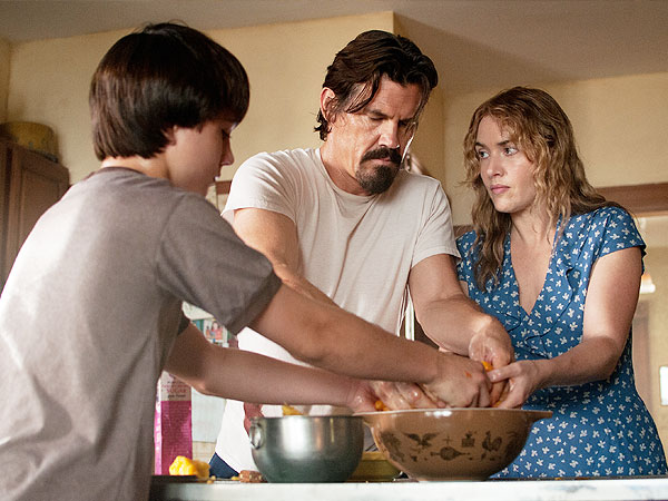 James Brolin's Frank shows Kate Winslet's Adele and Gatlin Griffith's Henry how to make the world's best peach pie in Labor Day.