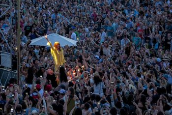 Welch gets up close and personal with a sea of fans. (Photo credit: BottleRock Napa Valley / Latitude 38 Entertainment)